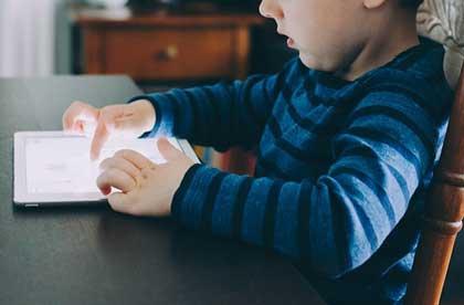 Un bambino con l'Ipad.