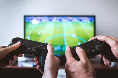 Immagine di due persone che giocano insieme.
