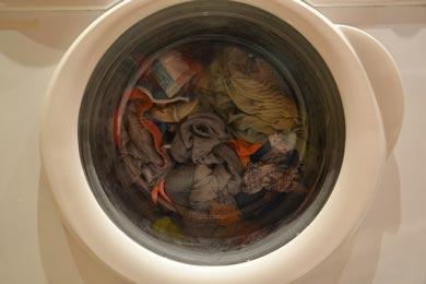 Una lavatrice accesa con le cose dentro.