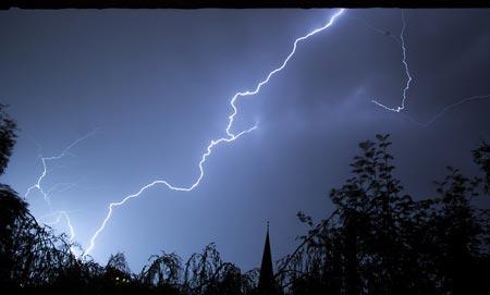 Temporale, UPS, PC e console: foto di un fulmine.