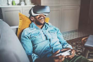 Videogioco e coinvolgimento: giocatore con visore VR.