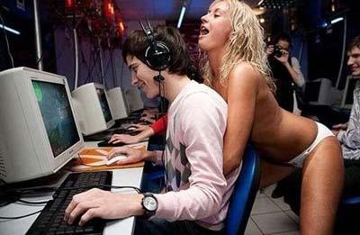 Player distratto da bella ragazza, continua a giocare.