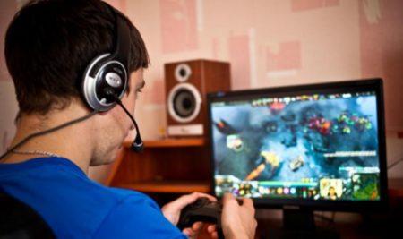 Un gamer gioca online.
