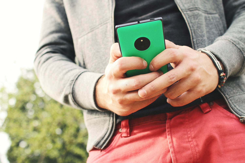 Giovane gioca ai videogame sullo smartphone.