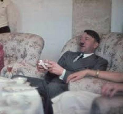 meme di Hitler che gioca alla Xbox
