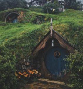 Le casette degli hobbit in una fotografia per rappresentare la mappa di gioco realistica.