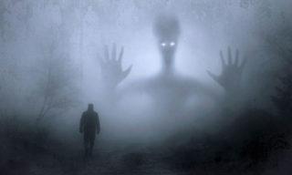 Un'immagine horror con atmosfera cupa.